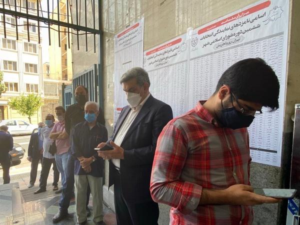 شهردار تهران در مسجدالنبی رای خود را به صندوق انداخت