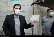عکس | مجید بنیفاطمه با شناسنامه در پای صندوق رای