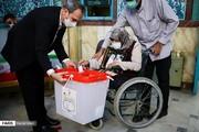 عکس | بانوی سالمندی که با قابی از حاج قاسم پای صندوق رای رفت