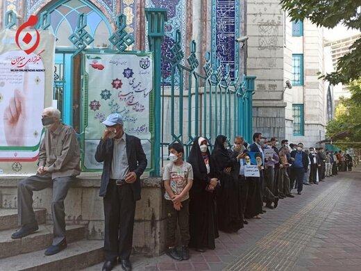 حضور یک چهره متفاوت در صف رأی گیری / مادر 82 ساله هم آمد / اولین نفریکه رای خود را به صندوقرای حسینه ارشاد انداخت + تصاویر