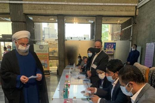 حسن روحانی رأی خود را به صندوق انداخت