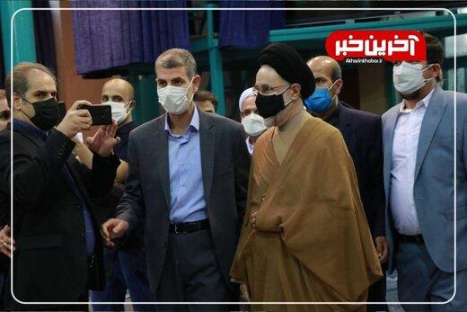 ببینید | لحظه ورود محمد خاتمی به محل اخذ رای در حسینیه جماران