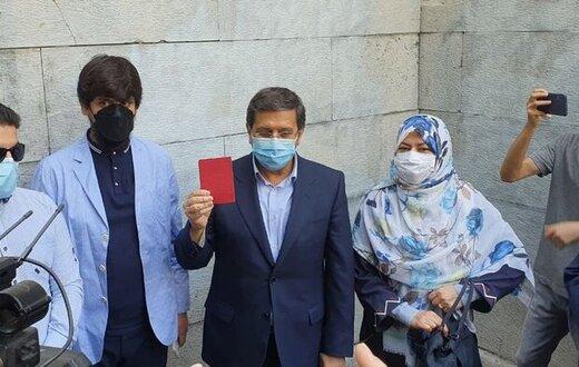 عبدالناصر همتی در حسینه ارشاد رأی خود را به صندوق انداخت