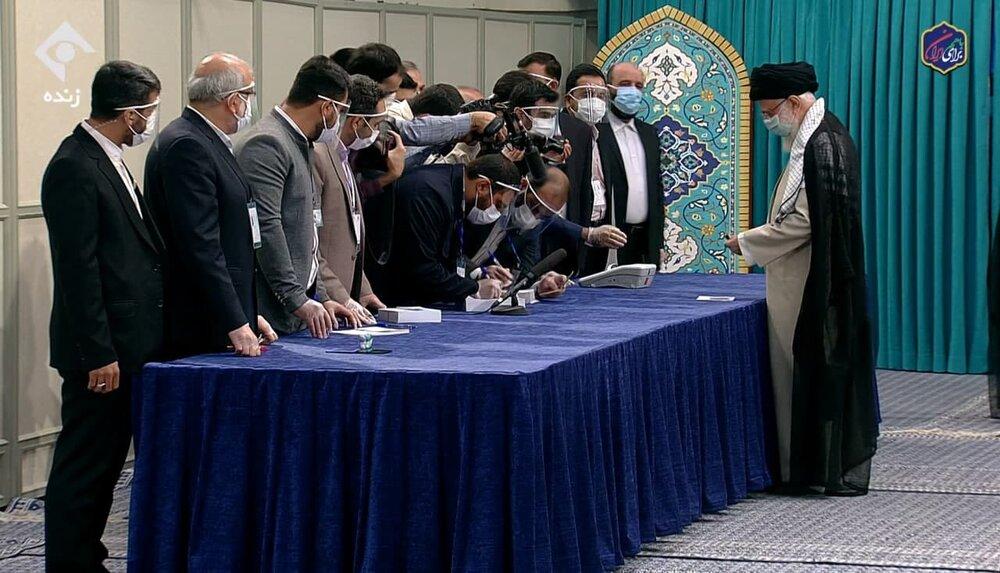 رهبر انقلاب برای رأی دادن وارد حسینیه امام خمینی شدند+عکس