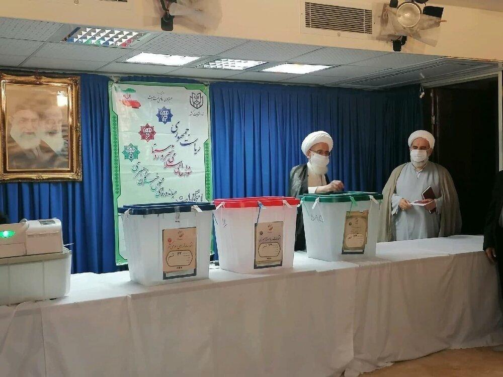 آملی لاریجانی، سردار حاجی و غفوری فرد رأی دادند /حضور یک مرجع تقلید پای صندوق +عکس