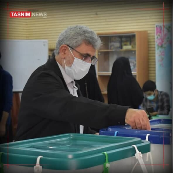 تصویری از سردار قاآنی پای صندوق رأی با پوشش غیرنظامی