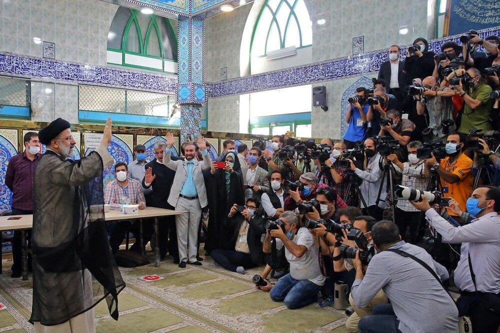 عکس | تصویری متفاوت از ابراهیم رئیسی مقابل دوربین عکاسان