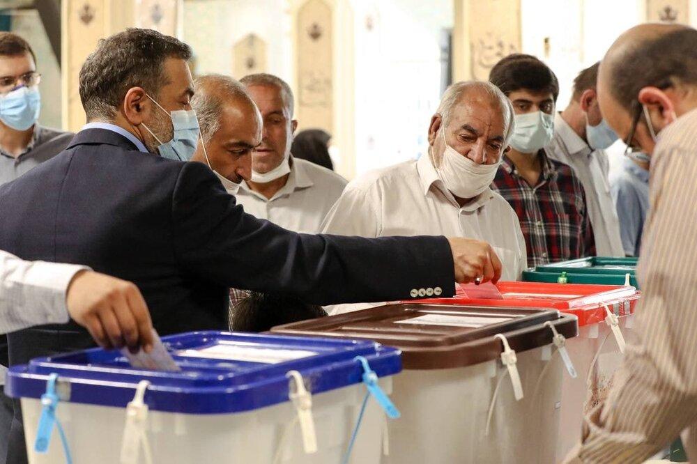 عکس   حضور مداح اهل بیت حاج محمود کریمی در محل اخذ رای