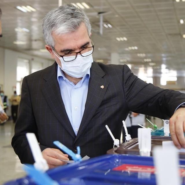 مدیرعامل گروه سایپا رای خود را به صندوق انداخت/ استقبال کارگران خط تولید و مهندسان سایپا از صندوق سیار انتخابات ۱۴۰۰