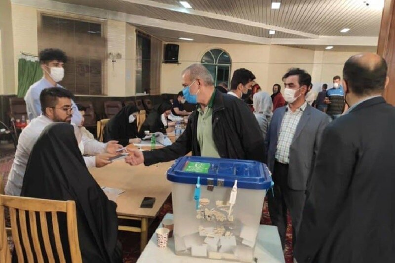 عکس   لحظهای که مسعود پزشکیان رای خود را به صندوق انداخت