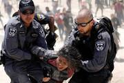 ببینید   لحظه حمله وحشیانه نظامیان صهیونیست به فعال زن فلسطینی