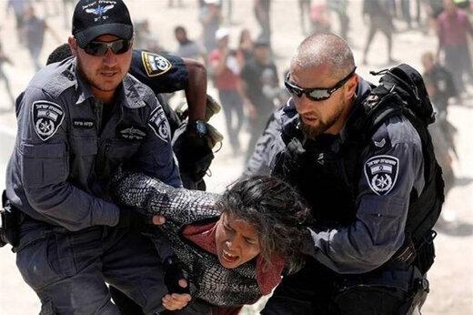 ببینید | لحظه حمله وحشیانه نظامیان صهیونیست به فعال زن فلسطینی