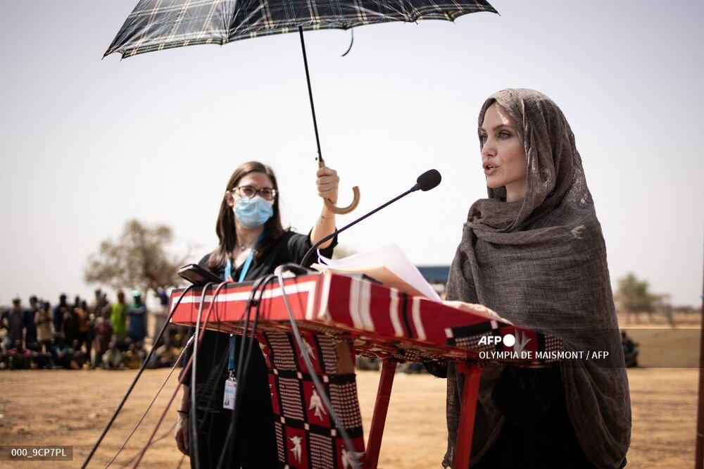 پوشش جالب آنجلینا جولی هنگام بازدید از کمپ آوارگان در بورکینافاسو / عکس