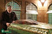 ببینید | تصاویری از حضور حاج قاسم سلیمانی در حرم امام رضا (ع) با لباس خادمی
