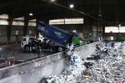 ببینید | لحظه وحشتناک سقوط کامیون حمل زباله به داخل محل تخلیه