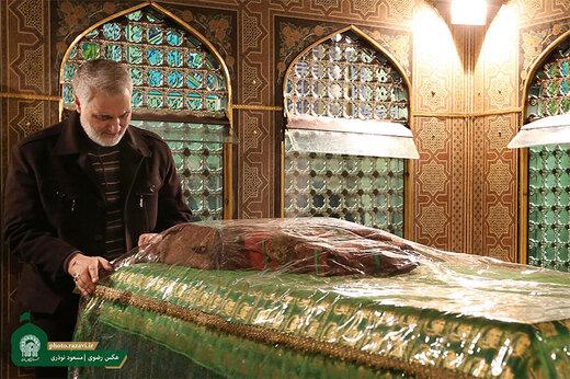 ببینید   تصاویری از حضور حاج قاسم سلیمانی در حرم امام رضا (ع) با لباس خادمی