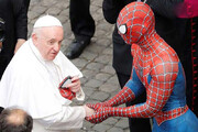ببینید | هدیه عجیب مرد عنکبوتی به پاپ