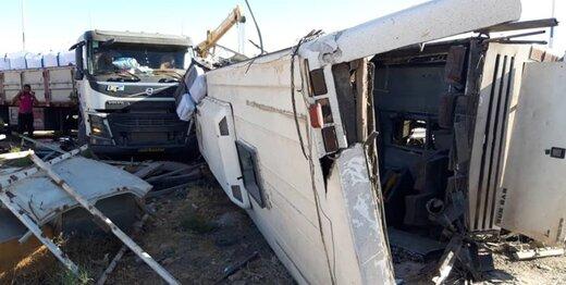 جزییات فوت ۵ سرباز معلم در تصادف امروز اتوبوس و تریلی در یزد/ عکس