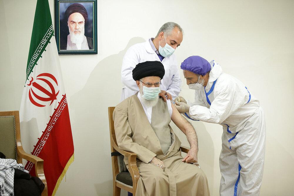 عکس لحظه تزریق واکسن ایرانی کرونا به رهبر انقلاب