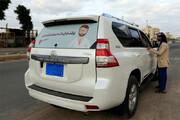 عکس | اقدام زیبای یک پزشک یمنی با خودرو شخصیاش