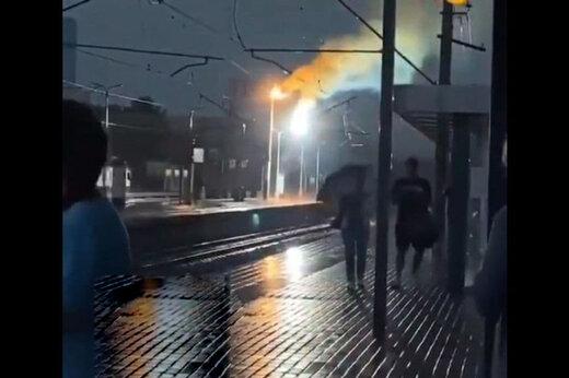 ببینید   لحظه برخورد وحشتناک صاعقه به تیربرق در ایستگاه مترو