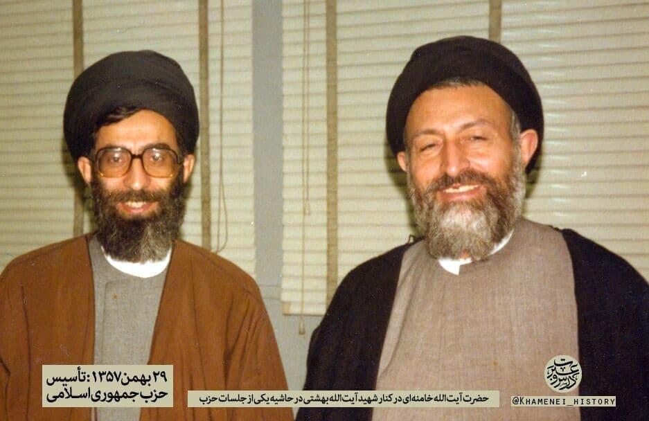 تصویری قدیمی از رهبر انقلاب در کنار شهید بهشتی