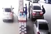 ببینید | لحظه سرقت عجیب اموال داخل خودرو در پمپ بنزین!