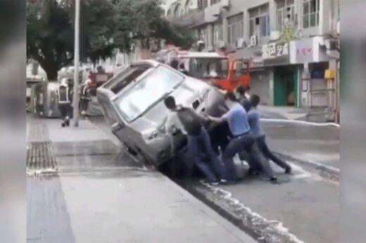 ببینید   واکنش عجیب مردم چین به خودرویی که جلو عبور ماشین آتشنشانی را گرفته بود
