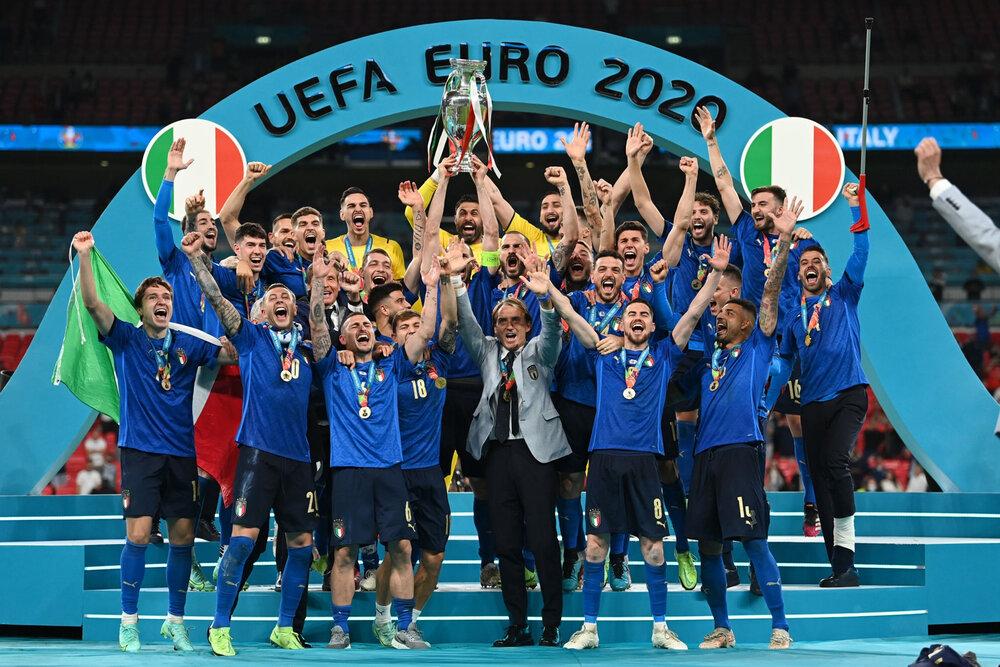 ببینید | ایتالیاییها جام قهرمانی را بالای سر بردند