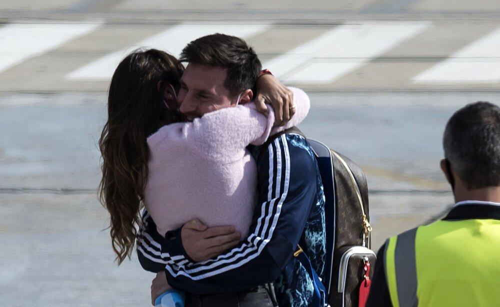 تصویری احساسی از استقبال همسر مسی از اسطوره آرژانتین