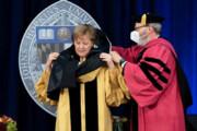 ببینید | دردسر خندهدار آنگلا مرکل برای پوشیدن ردای دکترای افتخاری