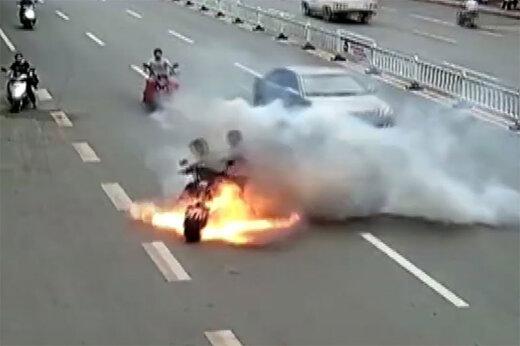 ببینید   لحظه انفجار ناگهانی موتورسیکلت وسط خیابان!