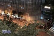 عکس | افزایش موج اعتراضات به برگزاری المپیک؛ تظاهرات گسترده پشت در استادیوم