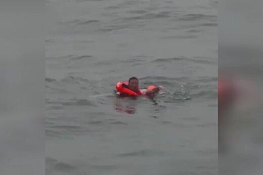 ببینید | لحظات نفس گیر نجات مرد چینی که دو روز روی آب شناور بود!