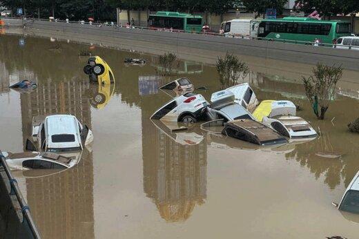 ببینید | تصاویر هوایی از خسارت شدید ماشینها بر اثر سیل در چین