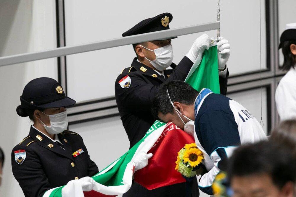 بوسه اولین طلایی ایران به پرچم مقدس ایران/عکس