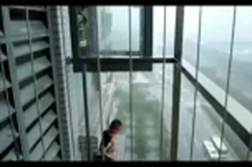 ببینید   نجات معجزهآسای یک پسر بچه از میان نردههای پنجره