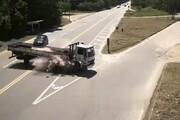 ببینید   لحظه تصادف وحشتناک در جاده با اشتباه مرگبار راننده کامیون