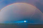 عکس | تصویری شگفت انگیز و نادر از پیدایش همزمان رنگین کمان و صاعقه در آسمان