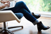 اینفوگرافیک | عوارض هولناک و باورنکردنی انداختن پا روی پا هنگام نشستن