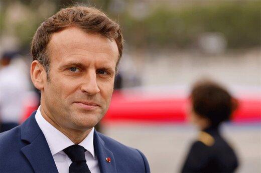ببینید | رئیسجمهور فرانسه از وسط نصف شد؛ پاره کردن عکس مکرون توسط فرانسویها