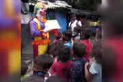 ببینید | روش جالب یک دلقک برای آموزش به بچههای محروم درباره کرونا