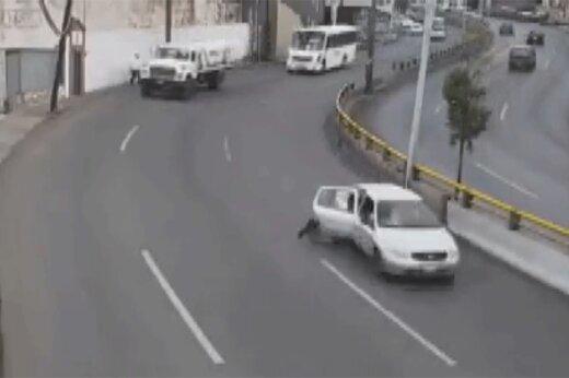 ببینید   سقوط وحشتناک یک کودک از خودرو وسط خیابان پس از باز شدن در اتومبیل!