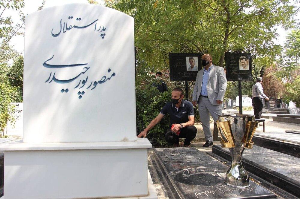 گلمحمدی بر سر مزار اسطورههای استقلال/عکس
