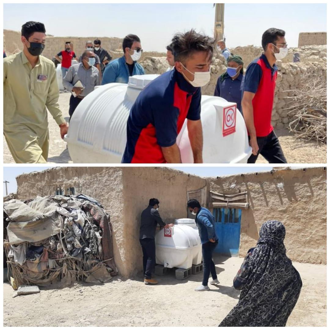 توزیع مخازن هزار لیتری آب در روستای کندوکه بخش هیرمند سیستان و بلوچستان