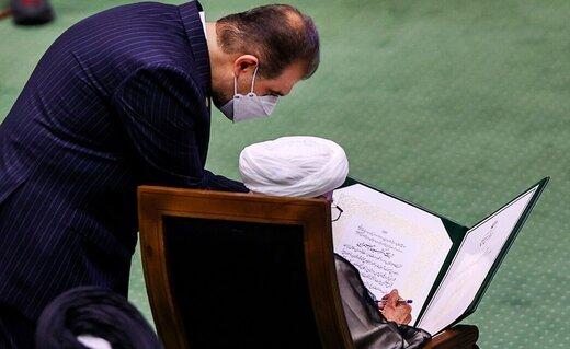 عکسی از آیت الله جنتی در هنگام امضاء سوگندنامه ابراهیم رئیسی