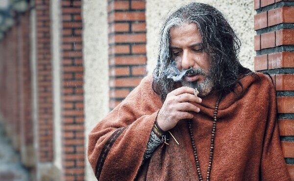چهره ژولیده و درویش مسلک امیرجعفری در فیلم «خانه شیشهای»/ عکس