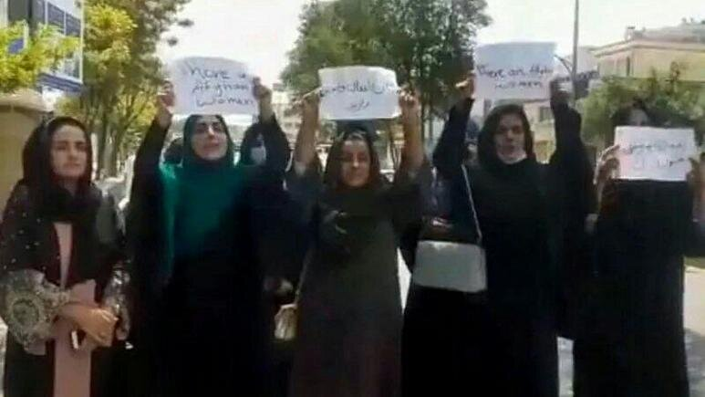 اولین تجمع زنان در کابل پس از ورود طالبان/عکس