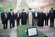فاتحه خوانی ابراهیم رئیسی بر سر مزار سید احمد خمینی و همسر امام