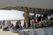 عکس   مهاجران افغان در حال سوار شدن به هواپیمای نظامی بریتانیا در فرودگاه کابل